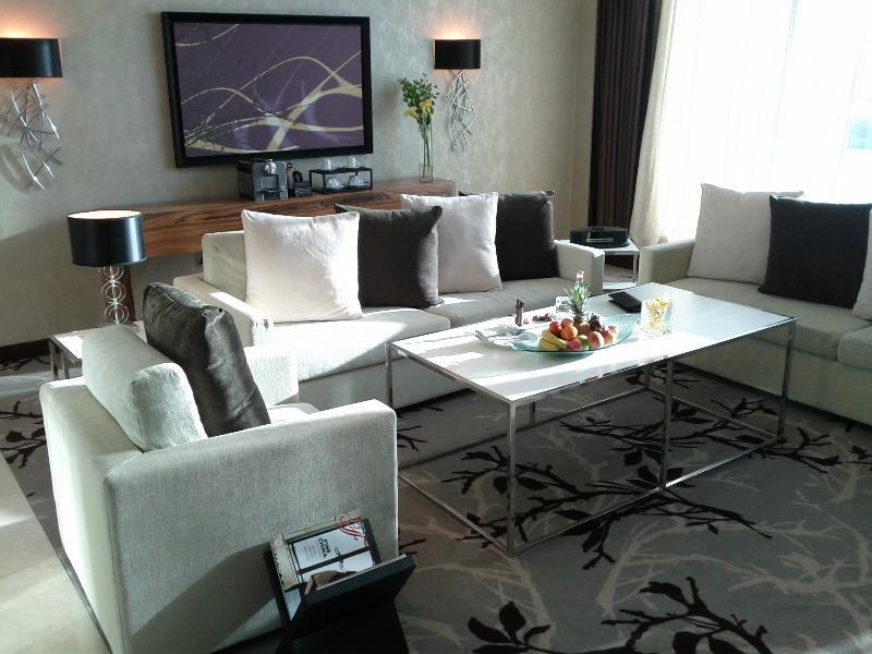 fairmont-bab-al-bahr-abu-dhabi-suite-953-living-room-sitting-area