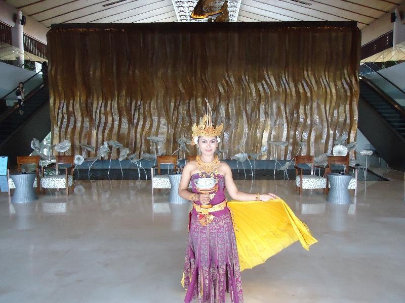sheraton-kuta-entrance-dancer