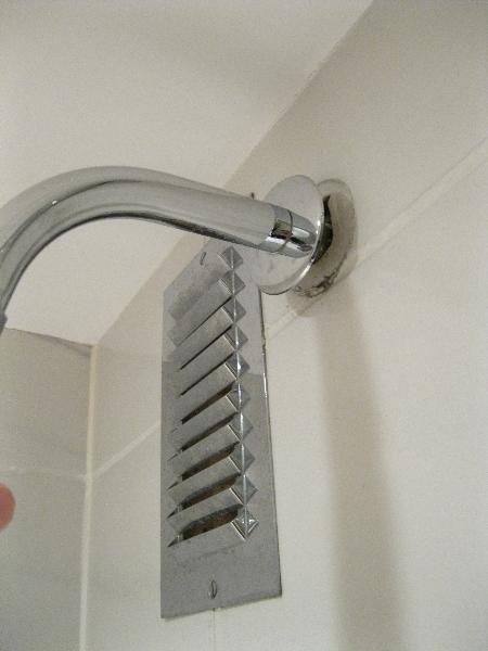 sheraton-heathrow-room-3351-bathroom-shower-head-coming-off