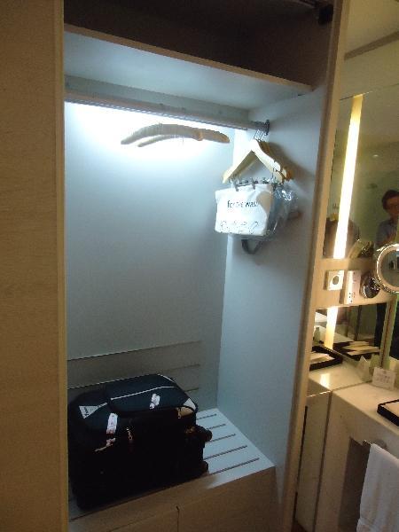 the-stones-hotel-legian-bali-suite-547-bathroom-luggage-space