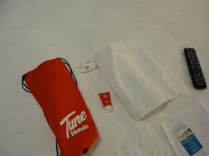 tune-hotel-bangkok-asoke-room-622-shower-tv-package